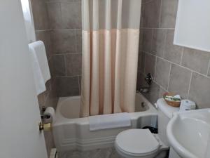 A bathroom at Hilltop Motel