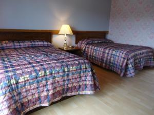 A bed or beds in a room at Duck Cove Inn