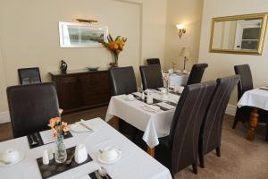 A restaurant or other place to eat at Chilterns Guest House