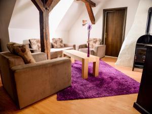 A seating area at Tacskó Apartment