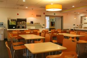 A restaurant or other place to eat at ibis budget Brugge Centrum Station
