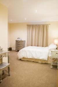 A bed or beds in a room at Fair Oak House Exeter Airport
