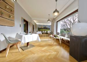 A restaurant or other place to eat at Hotel Avenida by zwei&vierzig