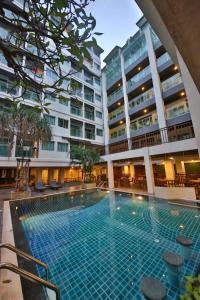 Het zwembad bij of vlak bij Sunshine Hotel & Residences