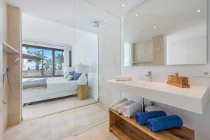 Ein Badezimmer in der Unterkunft Alcudia Beach B3 First Floor Sea View