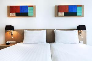A bed or beds in a room at Vic3 Bangkok