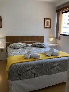 A bed or beds in a room at Passeios & Negócios Centro
