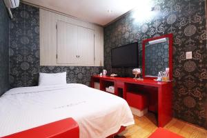 A bed or beds in a room at Apple House