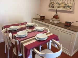 A restaurant or other place to eat at Cozy Holiday Home in Saint-Maurice-sur-Fessard with Terrace