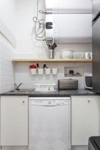 A kitchen or kitchenette at The mulberry tree lisbon