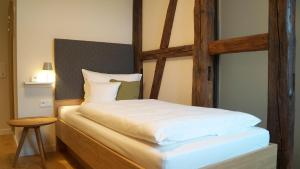 A bed or beds in a room at Boutique Hotel grüner Zweig