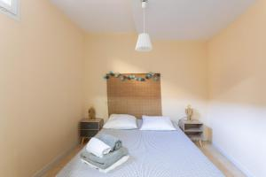 A bed or beds in a room at Les Bulles Carcassonnaises