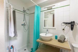 A bathroom at Les Bulles Carcassonnaises