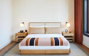 Un ou plusieurs lits dans un hébergement de l'établissement Shinola Hotel