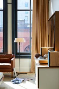 Ein Sitzbereich in der Unterkunft Shinola Hotel