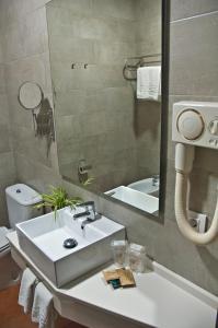 A bathroom at Hotel Galaroza Sierra