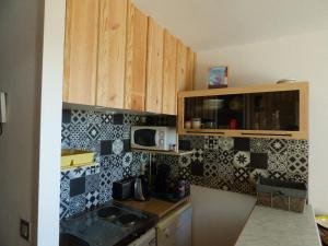 A kitchen or kitchenette at Les Marinas de Cassy