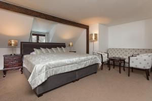 Ein Bett oder Betten in einem Zimmer der Unterkunft Hoffmeister&Spa Depandance - Free Parking Mon - Sun