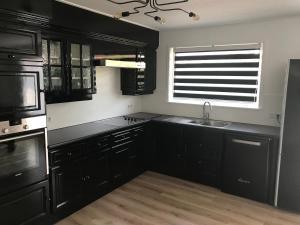 Een keuken of kitchenette bij VAKANTIE WONING OASE