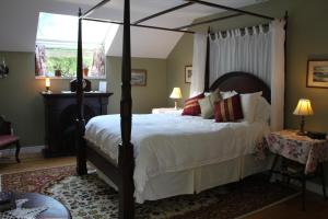 A bed or beds in a room at Tulips and Thistle B&B