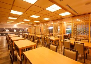 A restaurant or other place to eat at Yumoto Fujiya Hotel