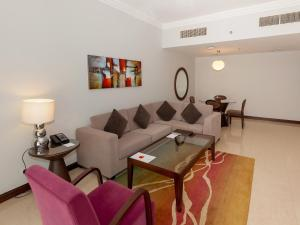A seating area at Flora Park Deluxe Hotel Apartments