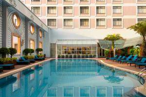 The swimming pool at or near Sheraton Saigon Hotel & Towers