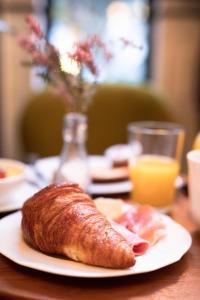 Breakfast options available to guests at Hôtel Bienvenue