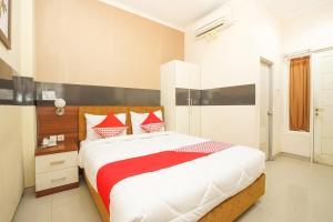 OYO 450 Semampir Residence Near RSU Premier Surabaya Kota Surabayaにあるベッド
