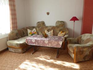 A seating area at Ferienwohnung Zur Herberge