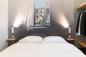 A bed or beds in a room at B&B Hôtel Avignon (2)