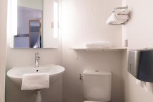 A bathroom at B&B Hôtel Avignon (2)