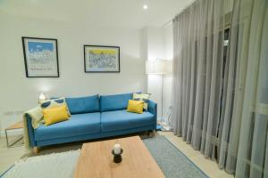 A seating area at Superhost's Brand New Luxury London Flat