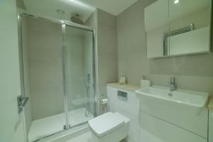 A bathroom at Superhost's Brand New Luxury London Flat