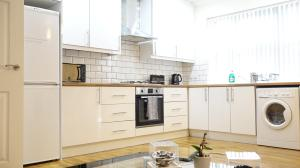 A kitchen or kitchenette at Heathrow Ensuite Rooms