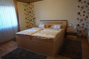 Ein Bett oder Betten in einem Zimmer der Unterkunft Ferienwohnung Jüngstbergblick