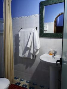 A bathroom at Hôtel Koutoubia