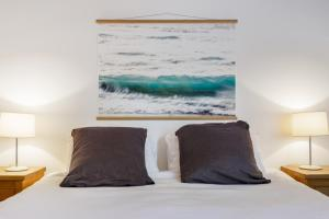 A bed or beds in a room at Beach House Avalon