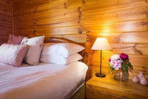 A bed or beds in a room at Silky Oak Cottage