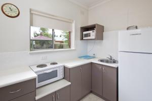 A kitchen or kitchenette at Abbey Apartments