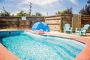 The swimming pool at or near Regent Retreat - Echuca Moama Holiday Accommodation