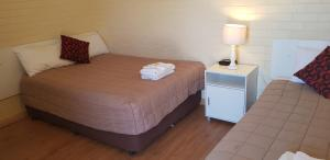 A bed or beds in a room at Bondi Motel