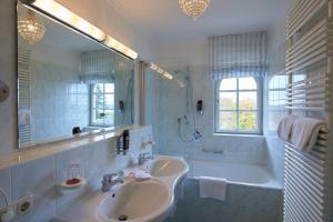 A bathroom at Golfhotel Kaiserin Elisabeth