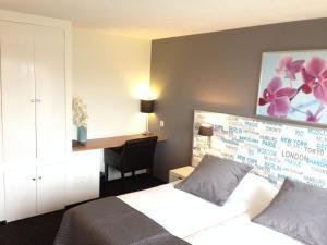 Een bed of bedden in een kamer bij Strandhotel Het Hoge Duin