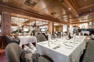 A restaurant or other place to eat at Das Central – Alpine . Luxury . Life