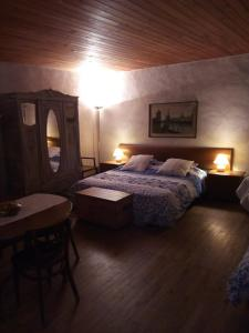 A bed or beds in a room at Manoir Le Cristal - Futuroscope