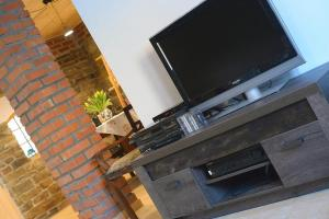 A television and/or entertainment center at Dom Coacha i Mentora