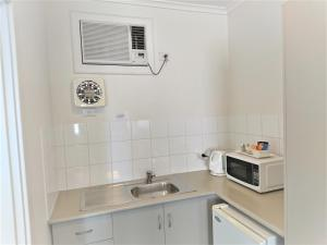 A kitchen or kitchenette at Glenelg beach gateway on Moseley