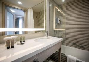 חדר רחצה ב-מלון אסטרל ויליג