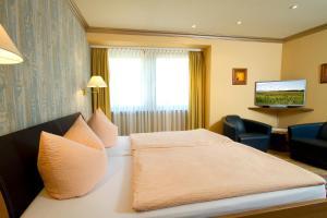 Ein Bett oder Betten in einem Zimmer der Unterkunft Gästehaus Hebinger am Schlosspark